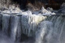 ss-170103-niagara-falls-frozen-07_56b5ed2cd8b7ff26bb387bcdb2c872c4.fit-880w