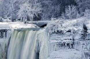 ss-170103-niagara-falls-frozen-09_56b5ed2cd8b7ff26bb387bcdb2c872c4.fit-880w