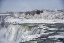 ss-170103-niagara-falls-frozen-11_56b5ed2cd8b7ff26bb387bcdb2c872c4.fit-880w