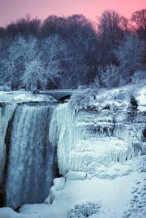 ss-180103-niagara-falls-frozen-15_c51cc70eed1a4a00d1fd947a25a49893.fit-880w